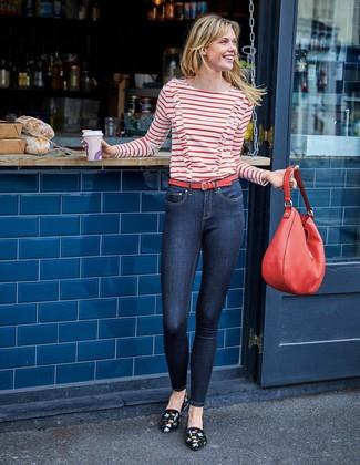 Comment porter: t-shirt à manche longue à rayures horizontales blanc et rouge, jean skinny bleu marine, slippers en daim brodés noirs, sac fourre-tout en cuir rouge