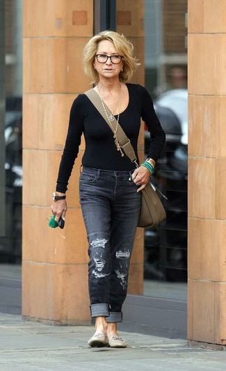 Comment porter: t-shirt à manche longue noir, jean déchiré gris foncé, slippers en cuir beiges, sac bandoulière en cuir olive