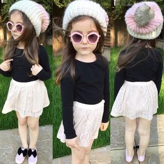 Comment porter: t-shirt à manche longue noir, jupe en dentelle blanche, ballerines roses, bonnet blanc
