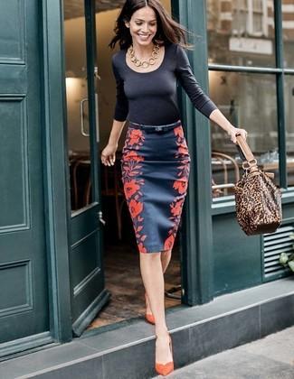 Comment porter: t-shirt à manche longue noir, jupe crayon à fleurs bleu marine, escarpins en daim orange, sac fourre-tout en cuir imprimé léopard marron