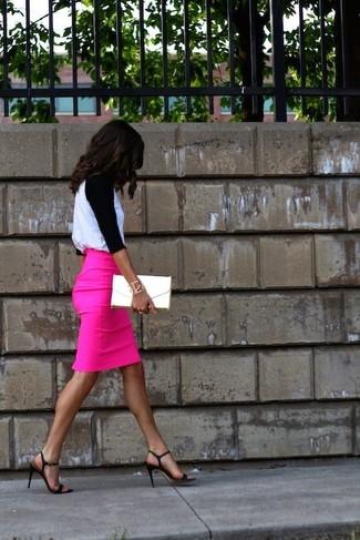 Associer un t-shirt à manche longue blanc et noir avec une jupe crayon fuchsia est une option confortable pour faire des courses en ville. Cet ensemble est parfait avec une paire de des sandales à talons en cuir noires.