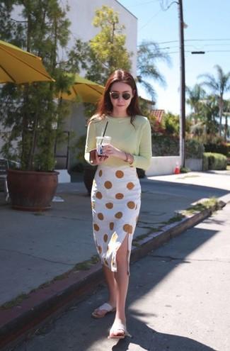 Comment porter: t-shirt à manche longue vert menthe, jupe crayon á pois blanche, tongs beiges, lunettes de soleil noir et doré