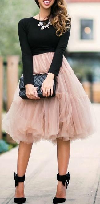 Comment porter: t-shirt à manche longue noir, jupe évasée de tulle rose, escarpins en daim noirs, cartable en cuir matelassé noir