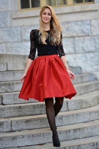 Comment porter: t-shirt à manche longue en dentelle noir, jupe évasée en satin rouge, escarpins en daim noirs, montre dorée