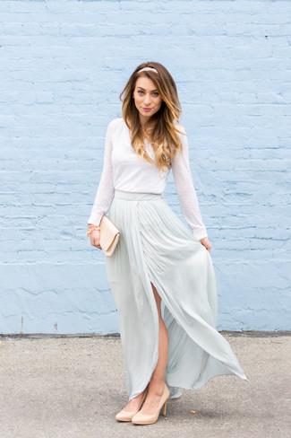 Tendances mode femmes: Marie un t-shirt à manche longue blanc avec une jupe longue bleu clair pour achever un style chic et glamour. Cette tenue est parfait avec une paire de des escarpins en cuir beiges.