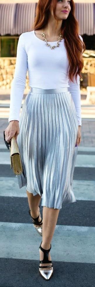Fais-toi remarquer parmi les autres civils stylés avec un t-shirt à manche longue blanc et une jupe mi-longue plissée argentée. Une paire de des escarpins en cuir argentés est une option bonne pour complèter cette tenue.
