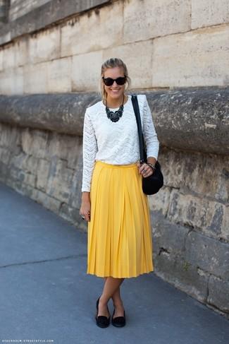 Comment porter: t-shirt à manche longue en dentelle blanc, jupe mi-longue plissée jaune, mocassins à pampilles en daim noirs, sac bandoulière en daim noir
