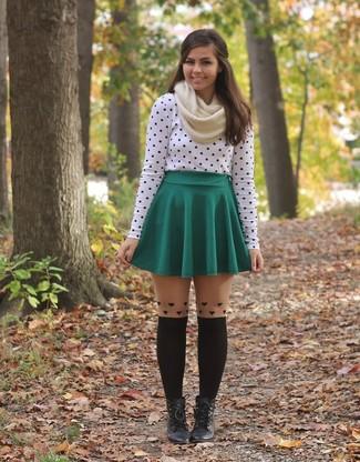 Pour une tenue de tous les jours pleine de caractère et de personnalité choisis un t-shirt à manche longue á pois blanc et noir et une jupe patineuse verte. D'une humeur audacieuse? Complète ta tenue avec une paire de des bottines à lacets en cuir noires.