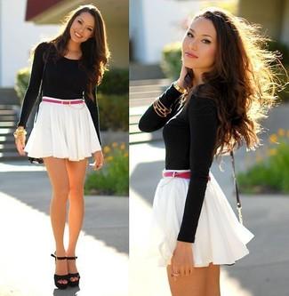 Comment porter: t-shirt à manche longue noir, jupe patineuse blanche, sandales à talons en daim noires, sac bandoulière en cuir noir