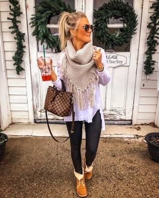 Comment porter: t-shirt à manche longue blanc, leggings en cuir noirs, bottes ugg marron, sac fourre-tout en cuir à carreaux marron
