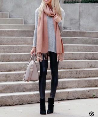Comment porter: t-shirt à manche longue gris, leggings en cuir noirs, bottines en daim noires, sac fourre-tout en cuir rose