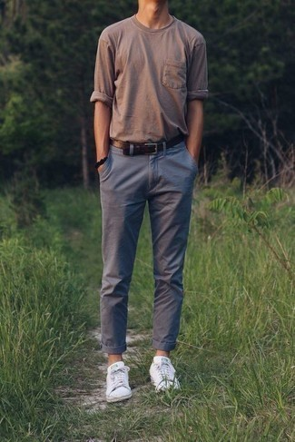 Comment porter une ceinture en cuir marron foncé: Pour une tenue aussi confortable que ton canapé, porte un t-shirt à manche longue marron et une ceinture en cuir marron foncé. Jouez la carte classique pour les chaussures et fais d'une paire de des baskets basses blanches ton choix de souliers.