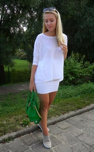 Pense à porter un t-shirt à manche longue blanc et une minijupe blanche pour achever un style chic et glamour. Jouez la carte décontractée pour les chaussures et termine ce look avec une paire de des baskets à enfiler grises.