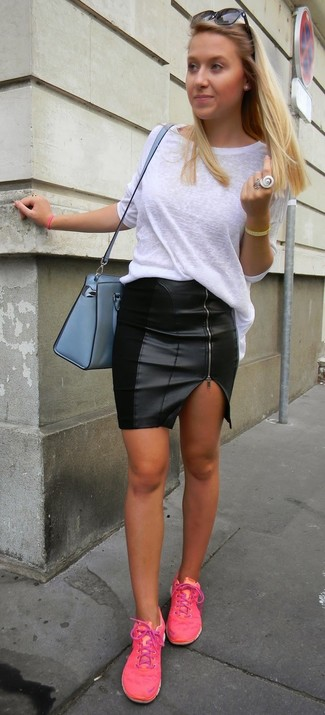 Les journées chargées nécessitent une tenue simple mais stylée, comme un t-shirt à manche longue blanc et une minijupe en cuir noire. Si tu veux éviter un look trop formel, opte pour une paire de des baskets basses fuchsia.