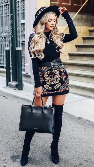 Comment porter: t-shirt à manche longue en velours noir, minijupe brodée noire, cuissardes en daim noires, sac fourre-tout en cuir noir