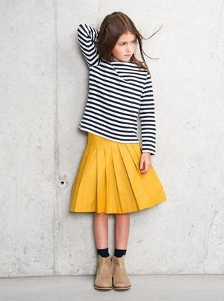 Comment porter: t-shirt à manche longue à rayures horizontales noir et blanc, jupe jaune, bottes en daim beiges, chaussettes noires