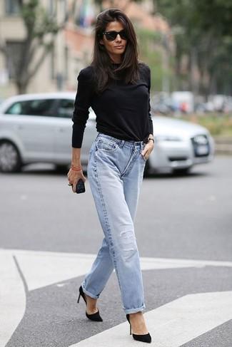 Ce combo d'un t-shirt à manche longue noir et d'un jean boyfriend bleu clair attirera l'attention pour toutes les bonnes raisons. Fais d'une paire de des escarpins en daim noirs ton choix de souliers pour afficher ton expertise vestimentaire.
