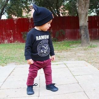 Comment porter: t-shirt à manche longue imprimé noir, jean pourpre, baskets noires, bonnet noir