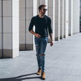 Comment porter: t-shirt à manche longue noir, jean skinny déchiré bleu clair, bottines chelsea en daim marron, lunettes de soleil noires