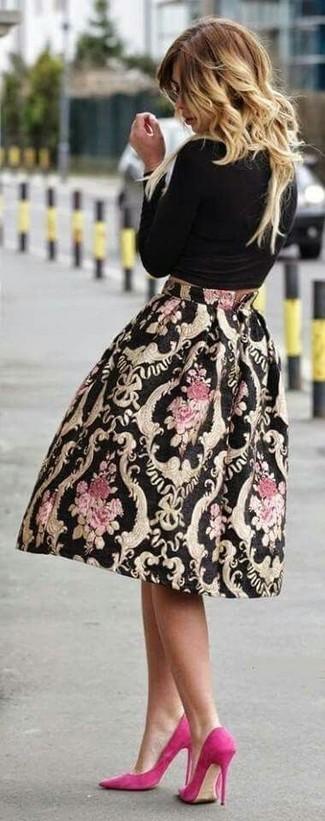 Comment porter: t-shirt à manche longue noir, jupe évasée imprimée noire, escarpins en daim fuchsia