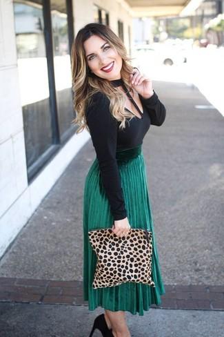 Comment porter: t-shirt à manche longue découpé noir, jupe mi-longue plissée verte, escarpins en daim noirs, pochette en daim imprimée léopard marron clair