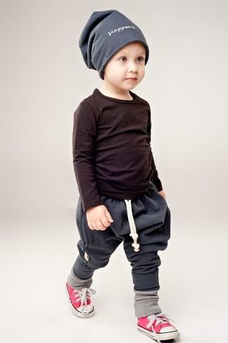 Comment porter: t-shirt à manche longue noir, pantalon de jogging gris foncé, baskets rouges, bonnet gris