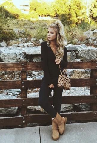 Comment porter un pantalon slim noir: Pense à porter un t-shirt à manche longue noir et un pantalon slim noir pour une tenue idéale le week-end. Si tu veux éviter un look trop formel, choisis une paire de des bottes ugg marron clair.