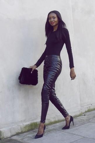 Comment porter: t-shirt à manche longue noir, pantalon slim en cuir noir, escarpins en daim noirs, pochette en fourrure noire