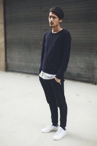 Comment porter: t-shirt à manche longue noir, t-shirt à col rond gris, pantalon de jogging noir, baskets basses en cuir blanches