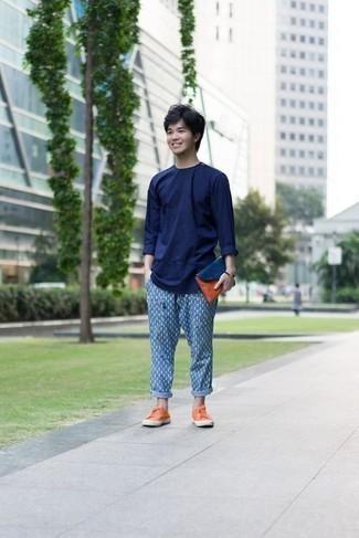 Comment porter un t-shirt à manche longue bleu marine: Porte un t-shirt à manche longue bleu marine et un pantalon chino imprimé bleu pour une tenue confortable aussi composée avec goût. Assortis ce look avec une paire de des baskets basses en toile orange.
