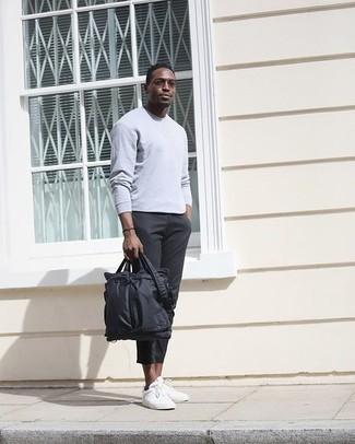 Comment porter une serviette en nylon noire quand il fait chaud: Pense à associer un t-shirt à manche longue gris avec une serviette en nylon noire pour un look confortable et décontracté. Rehausse cet ensemble avec une paire de baskets basses en toile blanches.