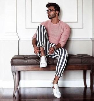 Tendances mode hommes: Essaie d'harmoniser un t-shirt à manche longue rose avec un pantalon chino à rayures verticales blanc et bleu marine pour affronter sans effort les défis que la journée te réserve. Une paire de baskets basses en toile blanc et rouge est une option avisé pour complèter cette tenue.