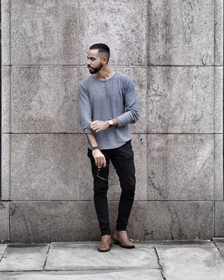 Comment s'habiller à 30 ans quand il fait chaud: Marie un t-shirt à manche longue bleu clair avec un pantalon chino noir pour un déjeuner le dimanche entre amis. Transforme-toi en bête de mode et fais d'une paire de des bottines chelsea en cuir marron clair ton choix de souliers.