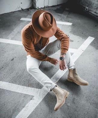 Tendances mode hommes: Pour une tenue de tous les jours pleine de caractère et de personnalité pense à opter pour un t-shirt à manche longue marron et un pantalon chino blanc. Une paire de bottines chelsea en daim beiges rendra élégant même le plus décontracté des looks.