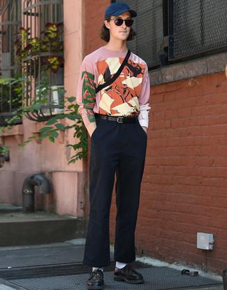 Comment porter: t-shirt à manche longue imprimé rose, pantalon chino bleu marine, chaussures derby en cuir tressées noires, sac banane noir