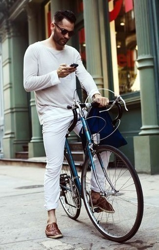Comment porter une pochette en toile bleu marine: Choisis un t-shirt à manche longue à rayures horizontales blanc et une pochette en toile bleu marine pour une tenue idéale le week-end. Jouez la carte classique pour les chaussures et termine ce look avec une paire de des chaussures richelieu en cuir marron.