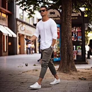 Comment porter: t-shirt à manche longue blanc, pantalon de jogging gris, baskets basses blanches, lunettes de soleil noires