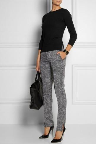 Comment porter: t-shirt à manche longue noir, pantalon slim en laine gris, escarpins en cuir noirs, cartable en cuir noir
