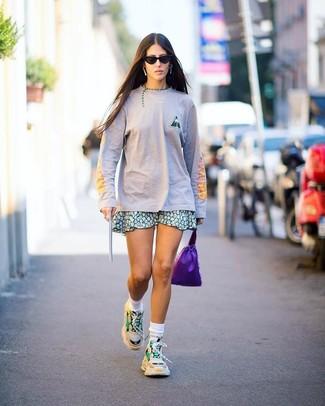 Comment porter: t-shirt à manche longue rose, jupe patineuse à fleurs verte, chaussures de sport beiges, chaussettes blanches