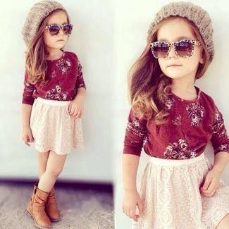 Comment porter: t-shirt à manche longue rouge, jupe en dentelle blanche, bottes marron clair, bonnet beige
