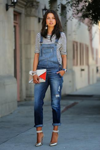 Pense à opter pour un t-shirt à manche longue à rayures horizontales blanc et bleu marine et une salopette en denim bleue marine pour un déjeuner le dimanche entre amies. Apportez une touche d'élégance à votre tenue avec une paire de des escarpins argentés.