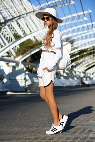 Comment porter un t-shirt à manche longue en tulle blanc: Associe un t-shirt à manche longue en tulle blanc avec un short blanc pour créer un style chic et glamour. D'une humeur audacieuse? Complète ta tenue avec une paire de des baskets basses blanches.
