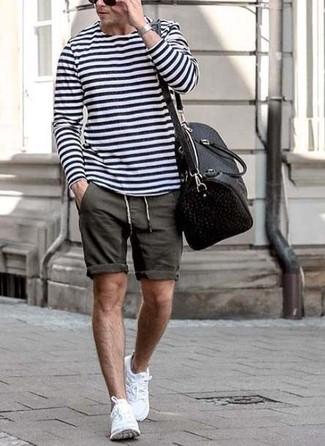 Comment porter: t-shirt à manche longue à rayures horizontales blanc et bleu marine, short gris foncé, chaussures de sport blanches, fourre-tout en cuir noir