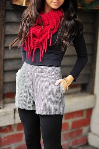 Comment porter: t-shirt à manche longue noir, short en laine à chevrons gris, écharpe en tricot rouge, bracelet doré