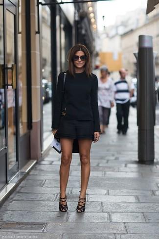 Comment porter: t-shirt à manche longue noir, short noir, sandales spartiates en cuir noires, ceinture dorée