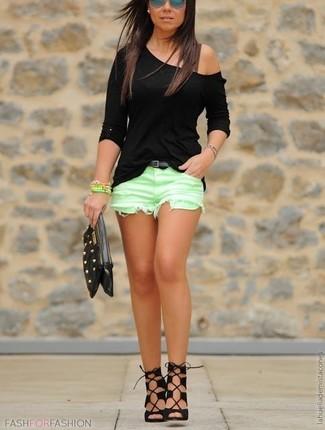 Comment porter: t-shirt à manche longue noir, short vert menthe, sandales spartiates en daim noires, pochette en cuir à clous noire