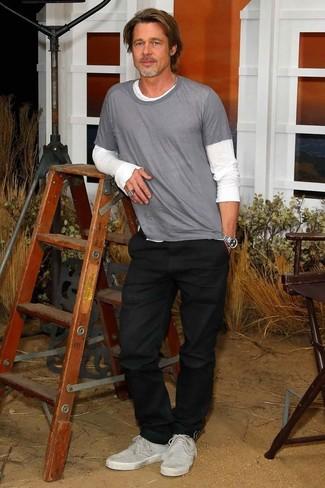 Comment porter: t-shirt à manche longue blanc, t-shirt à col rond gris, jean noir, baskets basses en daim grises