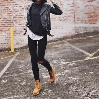 Comment porter: t-shirt à manche longue noir, t-shirt à col rond blanc, jean skinny déchiré noir, bottines plates à lacets en cuir marron clair