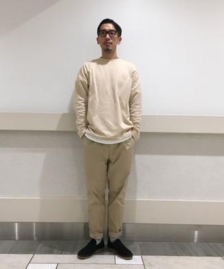 Tendances mode hommes: Marie un t-shirt à manche longue beige avec un pantalon chino beige pour un look de tous les jours facile à porter. Cette tenue est parfait avec une paire de des baskets à enfiler en toile noires.
