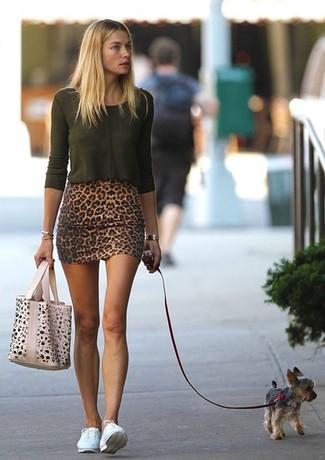 T shirt a manche longue vert fonce minijupe baskets basses sac fourre tout beige large 998